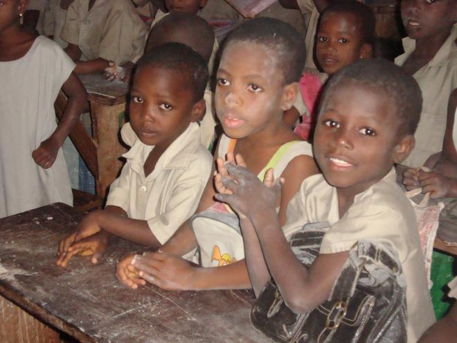 À l'école d'Amoussimé on est serrés mais de bonne humeur